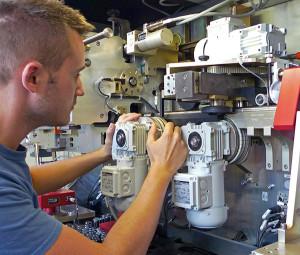 Wartungseinsatz eines ibg Technikers an einer vollautomatischen Prüfanlage