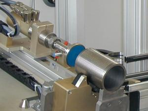 eddyscan F in halbautomatischer Prüfanlage für Cylinder Liner