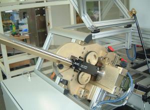 eddyscan H mit zusätzlicher Strangmechanik für die Prüfung von Zylinderrollen